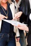 协议夫妇解释租赁资产地产商对年轻人 库存图片