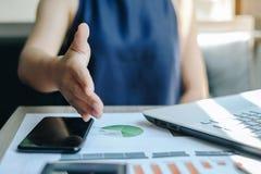 协议的女实业家,在财政或合作接受 库存图片