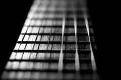 协调的乐曲仪器在黑白色银的吉他串 库存照片