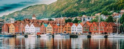 卑尔根挪威 历史大厦议院在布吕根-商业同业公会的码头看法在卑尔根,挪威 联合国科教文组织世界 免版税库存图片