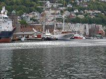 卑尔根江边- 3被上船桅的船 免版税库存图片