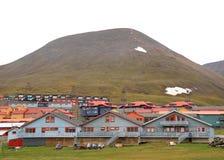 卑尔根群岛:朗伊尔城夏天都市风景  免版税图库摄影