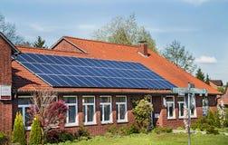 卑尔根,德国- 2017年4月30日:在一个房子屋顶的太阳能盘区在蓝天背景 免版税库存图片