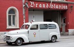 卑尔根,挪威-可以15日2012年:葡萄酒卑尔根消防队富豪集团汽车在brandstation前面大厦的  免版税库存照片