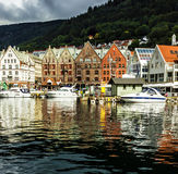 卑尔根,挪威-大厦在江边布吕根 库存图片