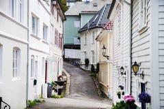 卑尔根,挪威- 2017年8月:五颜六色的木房子的门面在卑尔根 著名色的房子和街道在卑尔根挪威- 库存照片