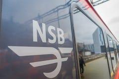 卑尔根,挪威- 2018年4月03日:关闭在驻地里面的一列现代火车写的NSB词选择聚焦 免版税库存照片