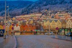 卑尔根,挪威- 2018年4月03日:历史大厦华美的室外看法在布吕根商业同业公会的码头的在卑尔根 免版税库存照片