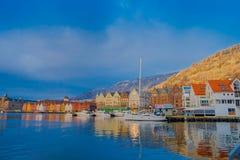卑尔根,挪威- 2018年4月03日:历史大厦室外看法在布吕根商业同业公会的码头的在卑尔根,挪威 免版税库存图片