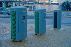 卑尔根,挪威- 2018年4月03日:回收站室外看法在城市,有与塑料的一个图象的和金属准许 免版税库存照片
