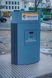 卑尔根,挪威- 2018年4月03日:回收站室外看法在城市,有与塑料的一个图象的和金属准许 库存照片