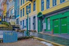 卑尔根,挪威- 2018年4月03日:安静的小巷城市` s保存良好的19世纪建筑学,在典型a 免版税库存照片