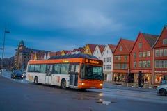 卑尔根,挪威- 2018年4月03日:接近木房子的公开公共汽车运输,布吕根,是一个世界遗产 库存图片
