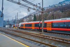 卑尔根,挪威- 2018年4月03日:现代在驻地里面的火车等待的乘客在卑尔根挪威 免版税图库摄影