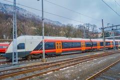 卑尔根,挪威- 2018年4月03日:现代在驻地里面的火车等待的乘客在卑尔根挪威 库存照片