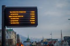卑尔根,挪威- 2018年4月03日:被弄脏的室外看法公共汽车站在城市的街道的信息到来  免版税库存图片