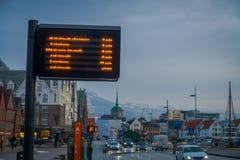 卑尔根,挪威- 2018年4月03日:被弄脏的室外看法公共汽车站在城市的街道的信息到来  免版税库存照片