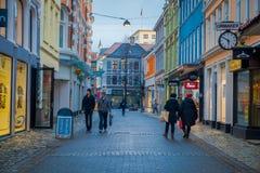 卑尔根,挪威- 2018年4月03日:走在一安静的小巷城市` s保存良好的19世纪的未认出的人民 库存图片