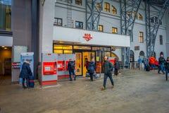 卑尔根,挪威- 2018年4月03日:走里面在卑尔根火车站的平台的乘客 免版税库存照片