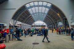 卑尔根,挪威- 2018年4月03日:走里面在卑尔根火车站的平台的乘客 免版税库存图片