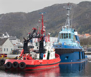 卑尔根,挪威- 2012年5月15日:两个拖轮-红色Bever和蓝色燧石在码头在卑尔根 库存图片