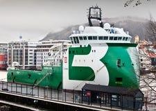 卑尔根,挪威- 2012年5月15日:保守主义者海怪-在码头的现代挪威拖轮在卑尔根港  免版税库存图片