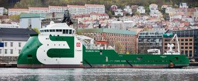 卑尔根,挪威- 2012年5月15日:保守主义者海怪-在码头的现代挪威拖轮在卑尔根港  免版税库存照片