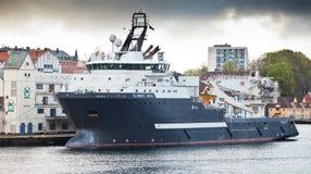 卑尔根,挪威- 2012年5月12日:大猛拉/供应船奥林匹克宙斯在码头在卑尔根 库存照片