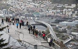 卑尔根,挪威- 2012年5月11日:游人看下来到卑尔根从观点 图库摄影