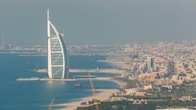 卓美亚奢华酒店集团与阿拉伯塔的海滩和迪拜地平线鸟瞰图平衡的timelapse,阿拉伯联合酋长国 股票录像