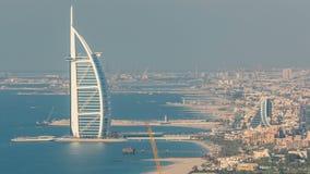 卓美亚奢华酒店集团与阿拉伯塔的海滩和迪拜地平线鸟瞰图平衡的timelapse,阿拉伯联合酋长国 股票视频