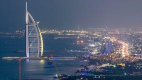卓美亚奢华酒店集团海滩和迪拜地平线鸟瞰图与对夜timelapse,阿拉伯联合酋长国的阿拉伯塔天 股票视频