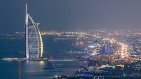 卓美亚奢华酒店集团海滩和迪拜地平线鸟瞰图与对夜timelapse,阿拉伯联合酋长国的阿拉伯塔天 股票录像
