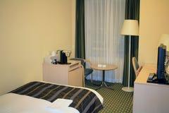 单人床在旅馆客房 库存照片