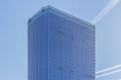 单块玻璃的方形的边在商业中心 免版税库存图片