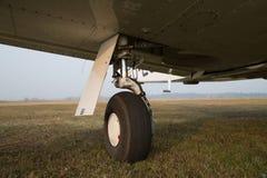 单引擎飞机可撤回的起落架  免版税库存照片