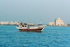 单桅三角帆船和博物馆在卡塔尔 库存照片
