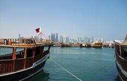 单桅三角帆船和塔在多哈 库存照片