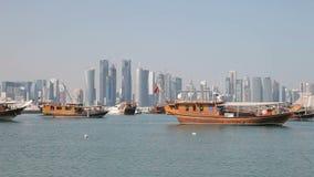 单桅三角帆船和多哈地平线,卡塔尔 免版税库存图片