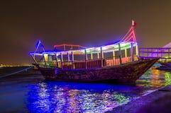 单桅三角帆船在晚上 库存图片