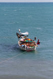 单桅三角帆船在海洋 免版税库存图片