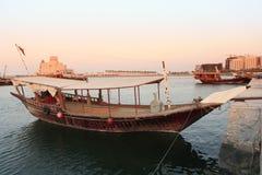 单桅三角帆船多哈夜间 库存照片