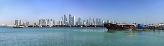 单桅三角帆船多哈港口老卡塔尔 库存照片