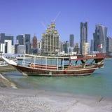 单桅三角帆船多哈被停泊的地平线 免版税库存照片
