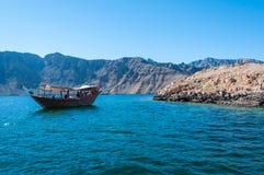 单桅三角帆船小船在Musandam,阿曼 免版税库存图片
