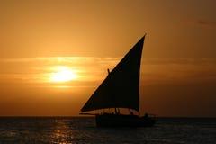 单桅三角帆船日落 免版税库存图片