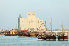 单桅三角帆船显示qatari 库存图片