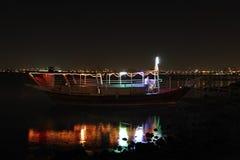 单桅三角帆船晚上反映 免版税库存照片