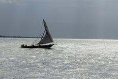 单桅三角帆船的,桑给巴尔渔夫 库存照片