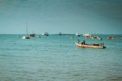 单桅三角帆船的,桑给巴尔渔夫 免版税图库摄影